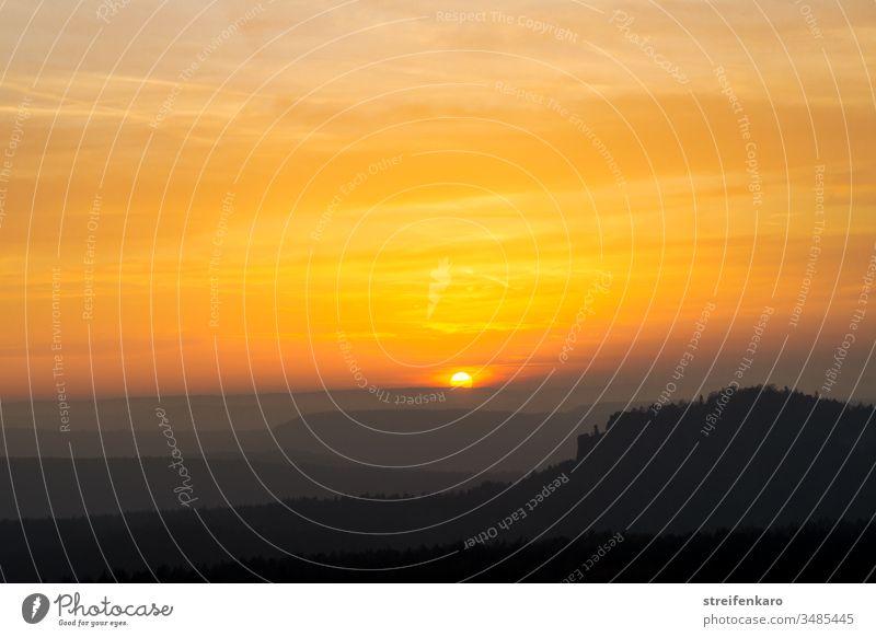 Sonnenuntergang über dem Pfaffenstein, vom Gohrisch aus gesehen, Elbsandsteingebirge, Sächsische Schweiz Sonnenlicht Sommer Landschaft Felsen Berge u. Gebirge