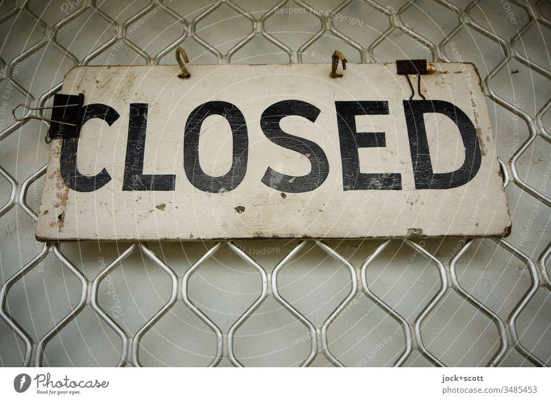 Closed hängt an einem geschlossenen Geschäft Totale Starke Tiefenschärfe Kontrast Tag Detailaufnahme Farbfoto Stil Englisch Typographie Hinweisschild