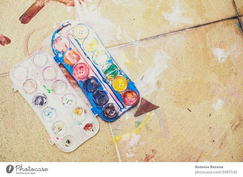 Aquarellhintergrund auf dem schmutzigen Farbboden Malerei niemand Boden dreckig Kunst plastische Zeichnung Temperafarbe Farben Kunststoff Objekt unordentlich