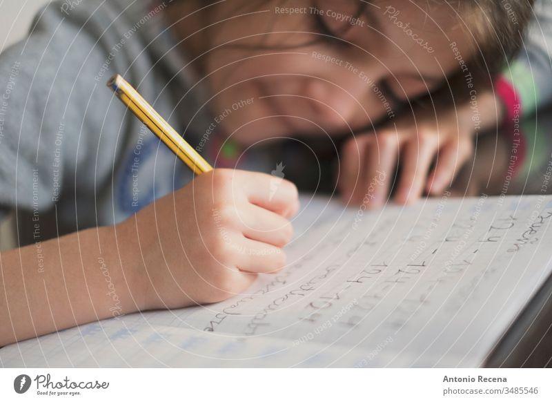 Kleines siebenjähriges Mädchen macht Hausaufgaben Bildung Schüler schreibend heimwärts 7s Sitzen Menschen Person Kind Bleistift Kindheit Kinder offen