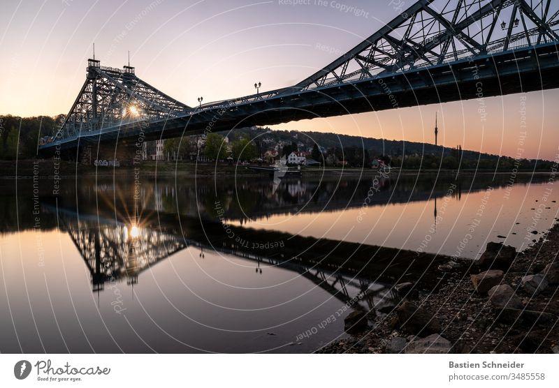 Sonnenaufgang am Blauen Wunder in Dresden, Sachsen, Deutschland Sonnenuntergang Europa Stadt Blaues Wunder Reflexion & Spiegelung Abend Textfreiraum links