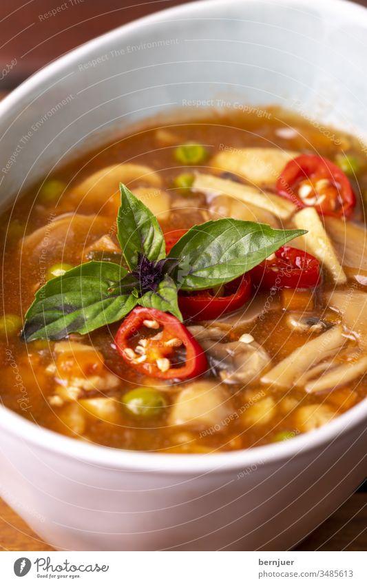 chinesische süße und saure Suppe auf Holz heiß sauer rot Essen Küche lecker asiatisch Mahlzeit traditionell Chinesisch Gericht Porzellan würzig Abendessen
