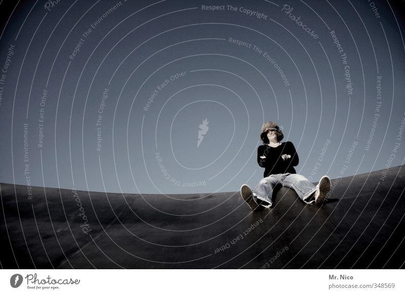 laid back Lifestyle feminin 1 Mensch Bauwerk Bekleidung Jeanshose Mütze Coolness sitzen verschränken beobachten Zufriedenheit ruhig Freiheit Glück Himmel