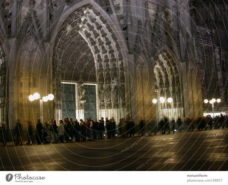 Nächtliche Warteschlange vor der Domschatzkammer Mensch Religion & Glaube warten Kultur Köln Veranstaltung Eingang Gottesdienst Museum Straßenbeleuchtung