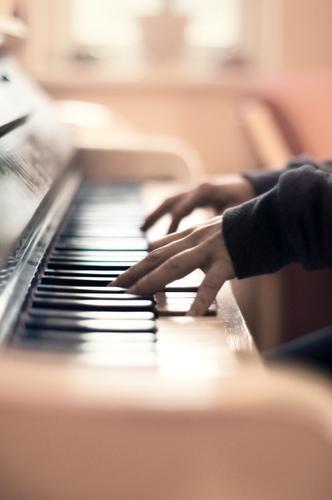 Klavier spielen Klaviertastatur Hände sanft Klang Musik Musikinstrument Tasteninstrument Freizeit & Hobby üben Klangfarbe zu Hause Finger Fingerübungen