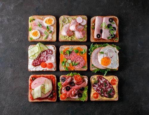 offene Sandwiches mit verschiedenem Fleisch, Kopierraum Belegtes Brot Sortiment Sammlung geräuchert Räucherfleisch Mittagessen Fleisch Top Ansicht Schinken