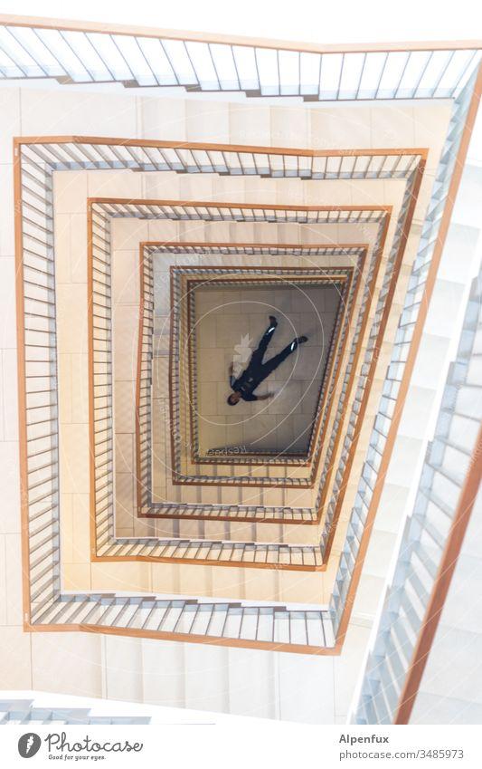 Stairway to heaven Treppenhaus Sturz fallen Architektur Licht Treppengeländer Innenaufnahme Tod Höhenangst Farbfoto Gebäude abwärts Geländer Treppenabsatz