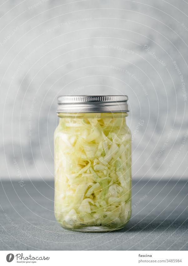 Sauerkraut im offenen Glasgefäß, Kopierfeld Kohlgewächse fermentiert Lebensmittel Speise roh Lauf sauer Cumin Salatbeilage gedünstet Hintergrund weiß