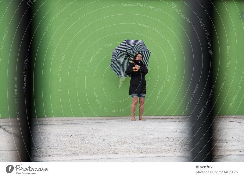 Haute Couture  | Schirmmodel heimlich fotografiert Frau heimlicher beobachter Sonnenschirm Regenschirm Farbfoto Mensch Sommer Erwachsene Außenaufnahme