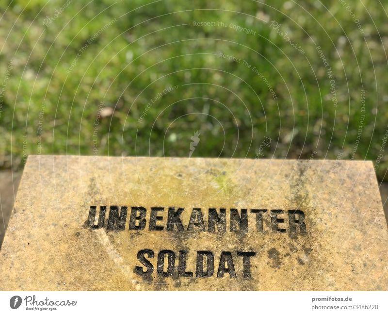 """Grabstein mit Inschrift """"Unbekannter Soldat"""" / Foto: Alexander Hauk Krieg weltkrieg soldat grab grabstein grün wiese kapitalismus neoliberalismus"""