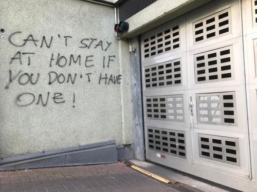 "Graffiti: ""Can't stay at home if you don't have one"" Protest Demonstration wand hauswand garage garageneinfahrt politik wirtschaft gesellschaft obdachlosigkeit"