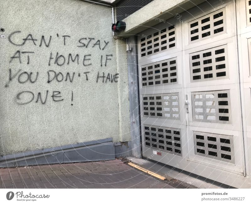 """Graffiti: """"Can't stay at home if you don't have one"""" / Foto: Alexander Hauk Protest Demonstration wand hauswand garage garageneinfahrt politik wirtschaft"""