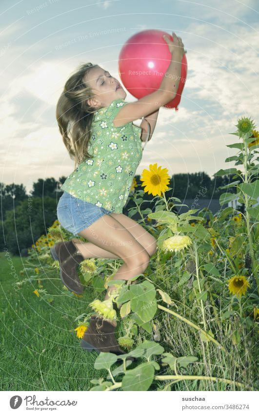 mädchen fängt im sprung einen luftballon Kind Mädchen Sprung Luftballon fangen spielen Aktion Bewegung Blitzaufnahme angeblitzt Pose Landschaft Feld Natur