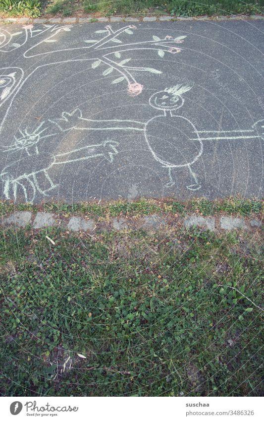 mit straßenkreide bemalter gehweg gemalt Kreide Straße Gehweg Straßenkreide Bild Kindheit Kunst malen Kreativität Spielen Freude Strassenmalerei Kinderspiel