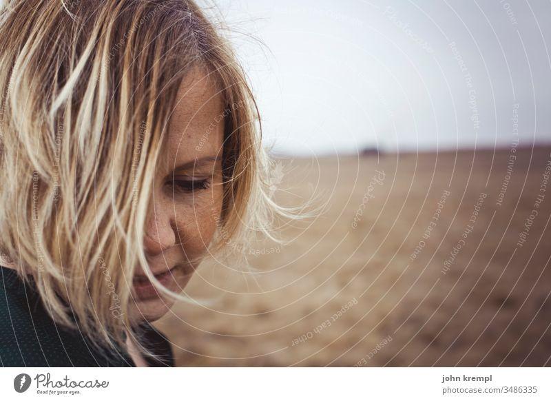 Versunken Frauengesicht Portrait authentisch schön natürlich langhaarig feminin Junge Frau 18-30 Jahre Jugendliche Porträt Haare & Frisuren Haarsträhne