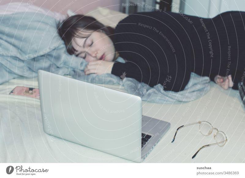 homeoffice Teenager Jugendliche Mädchen junge Frau schlafen müde lustlos antriebslos Prokrastination Depression Coronakrise Quarantäne keine Schule stay home
