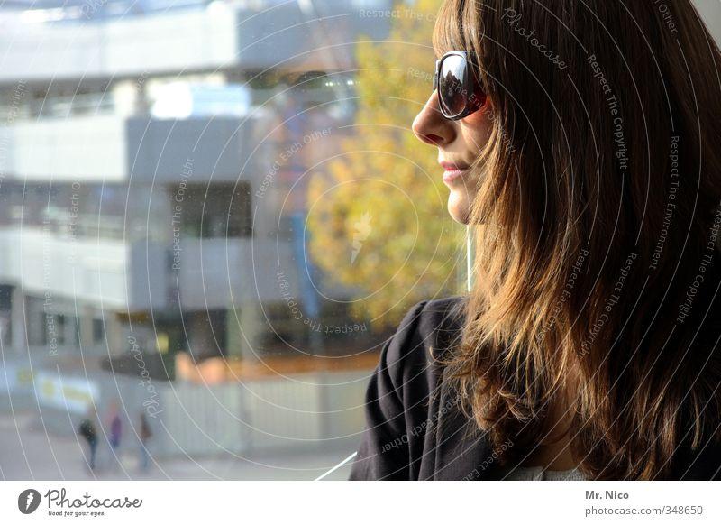 waitin´ on a sunny day Lifestyle feminin Junge Frau Jugendliche Kopf 1 Mensch Umwelt Stadt bevölkert Hochhaus Gebäude Fenster Sonnenbrille brünett langhaarig