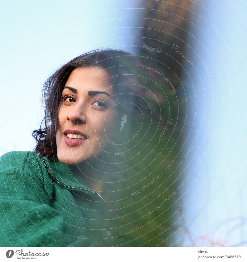 Estila prisma spiegelung glasscherbe experiment himmel langhaarig straight jacke direkt blick dunkelhaarig portait frau grün lachen lächeln Blick nach vorn