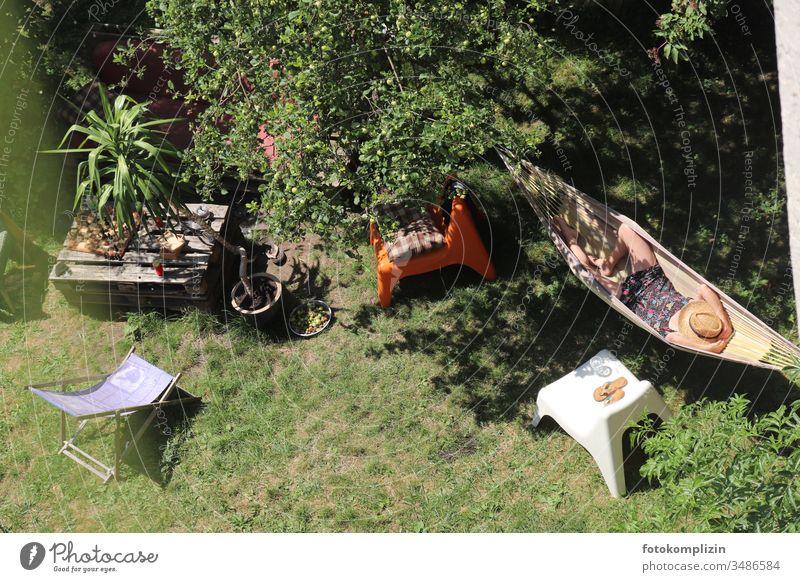 Blick von oben auf Frau in Hängematte im Garten Mittagsschlaf Halbschlaf chillen sich wohl fühlen Lebensfreude Erholung Zufriedenheit liegen ruhig Pause