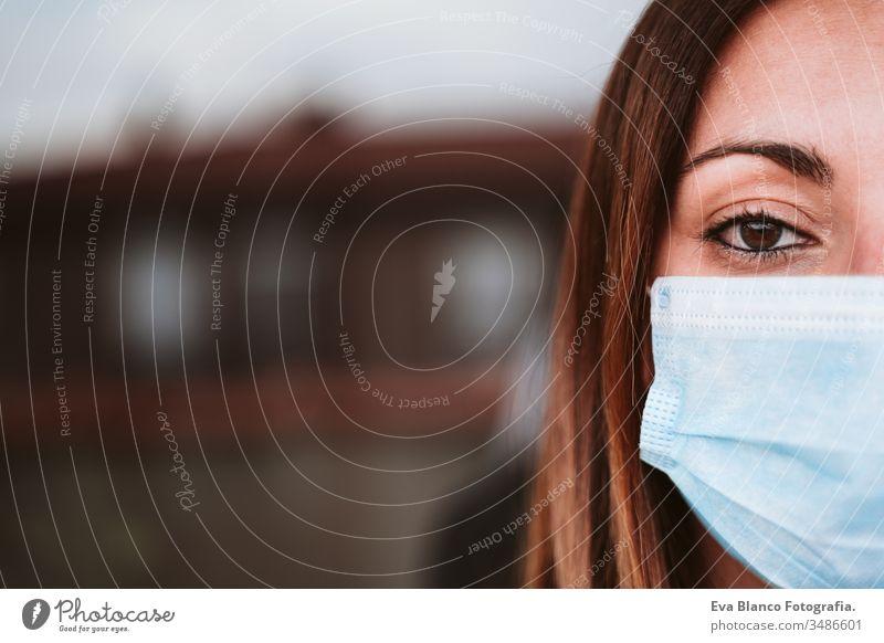 Porträt einer jungen Frau zu Hause, die eine Schutzmaske trägt. Coronavirus covid-19-Konzept heimwärts sicher Quarantäne Terrasse krank Infektion geduldig