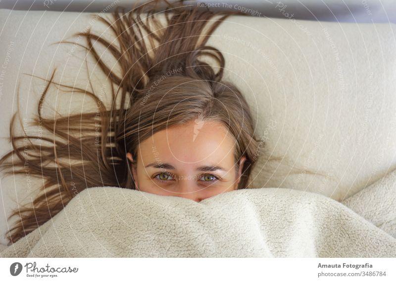 Frau im Bett bis zum Gesicht zugedeckt wach schön Schlafzimmer Schlafenszeit Decke sorgenfrei zugeklappt Komfort bequem bedeckt gemütlich niedlich Tagträumen