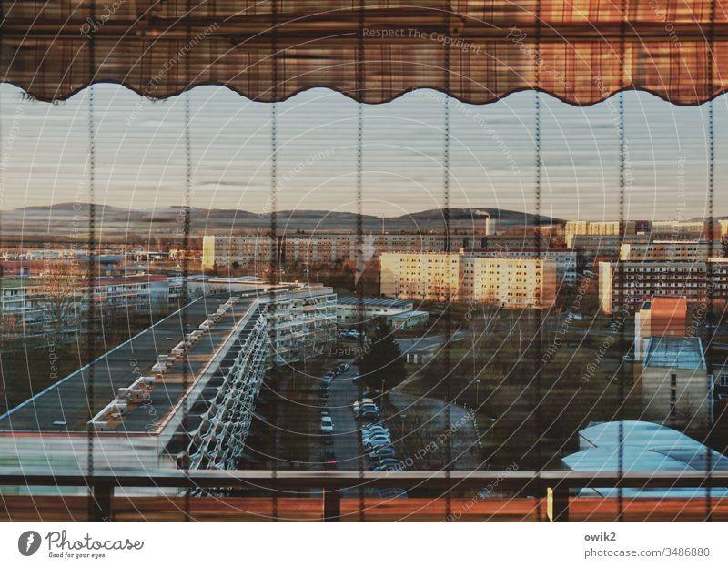 Schlafende Stadt Fenster Blick nach draußen Panorama (Aussicht) Überblick Balkonbrüstung Geländer Jalousie Lamellen Plattenbau Wohnblöcke FensterFassade Balkone