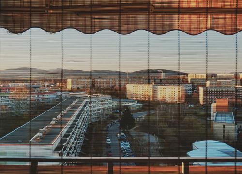 Schlafende Stadt Fenster Blick nach draußen Panorama (Aussicht) Überblick Balkonbrüstung Geländer Jalousie Lamellen Plattenbau Wohnblöcke Balkone Farbfoto