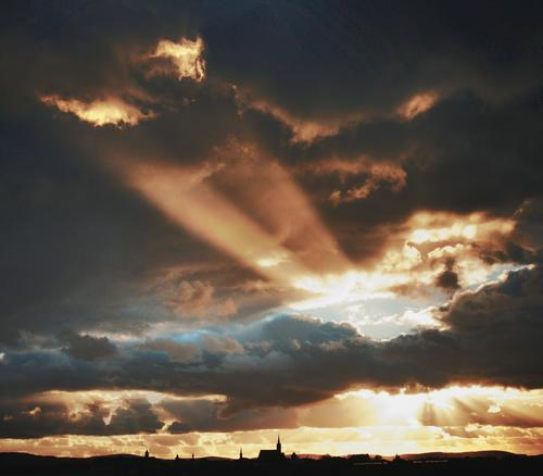 Durchblick Stadt Silhouette Abend Sonnenuntergang dramatisch Sonnenlicht Wolken Dom Kirche Bautzen Innenstadt Altstadt bevölkert Kontrast leuchtend strahlend