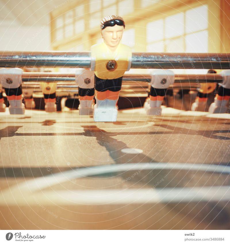 Geisterspiel Tischfußball Spieler Metall Stange schief Schwache Tiefenschärfe Spielfigur Nahaufnahme Sport Freizeit & Hobby nebeneinander Perspektive