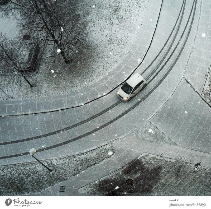 Weißes Auto auf weißem Grund Vogelperspektive blick von oben Blick nach unten Straße Spuren Winter Fahrzeug PKW Schnee Schneeflocken verschneit Reifenspuren