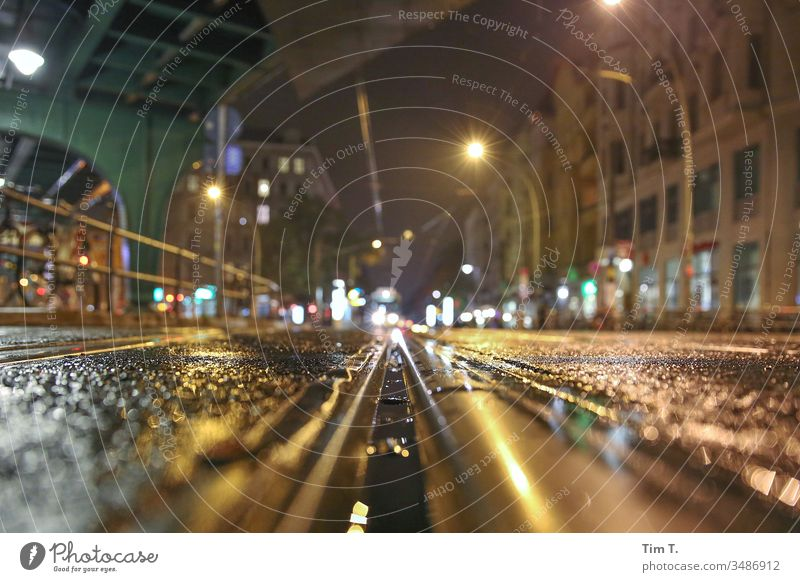 Straßenbahnschiene Prenzlauer Berg Berlin Nacht Außenaufnahme Stadt Stadtzentrum Altstadt Hauptstadt Menschenleer Farbfoto Gleise Schienenverkehr Schienennetz
