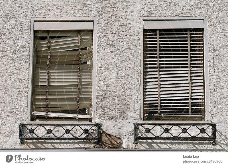 Fenster mit kaputten Rollos, Hauswand, Schattenspiel Jalousien alt rauhputz Sonne Sonnenlicht Sonne Stadt urban trist vergänglich schief weiß