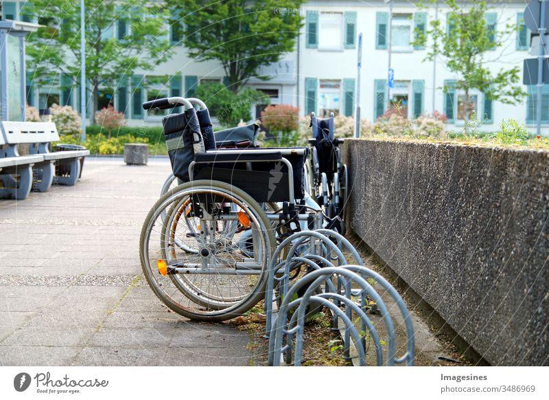 verlassene alte Rollstühle die vor einem Krankenhaus parken Rollstuhl Gesundheitswesen und Medizin keine Menschen Pflege Behinderung Lebensstil Unterstützung