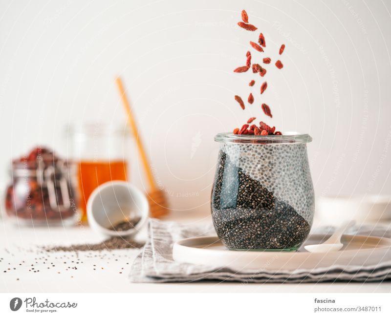 Kohle zweifarbiger Chiapudding mit Goji , Kopierraum Pudding Gojibeeren schwarz Holzkohle Glas Idee Textfreiraum weiß frisch Frühstück Dessert Lebensmittel