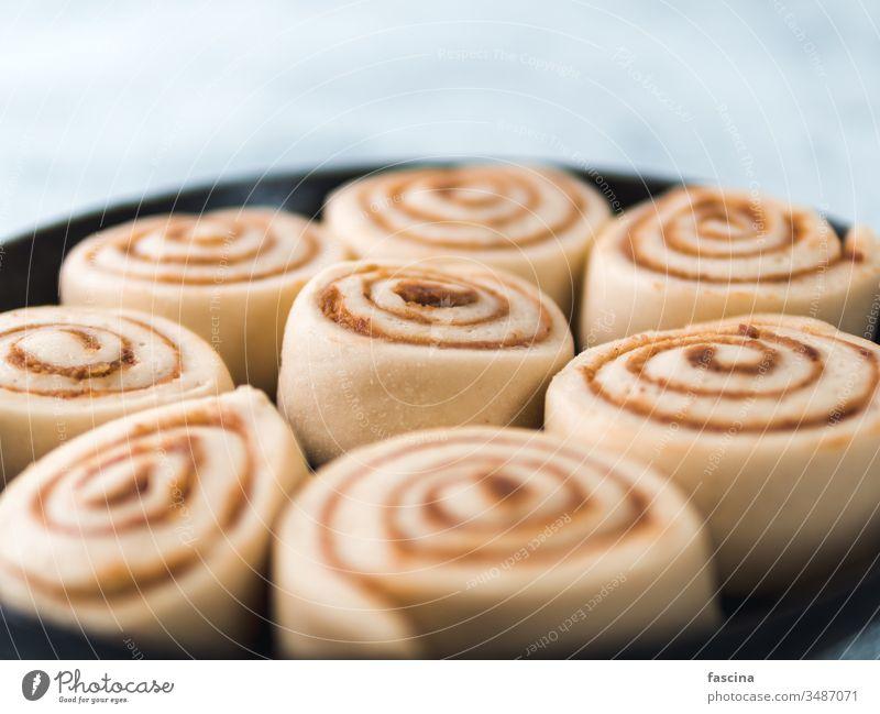 Vegane Zimtrollen aus rohem Teig, Draufsicht Brötchen Teigwaren Schwedisch Pfanne Veganer kanelbullar Kürbis Gewürz Kopie Raum Text cinnabon Bäckerei Dessert