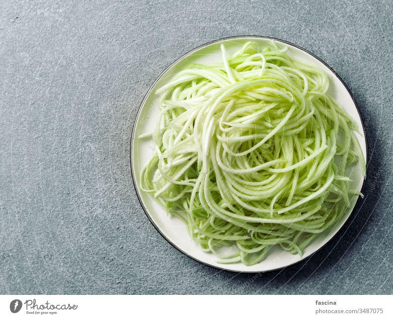 Zucchini-Nudeln auf Teller. Draufsicht, Kopierraum zoodles Spaghetti Diät Lebensmittel frisch Gesundheit Mittagessen Vorbereitung roh Veganer Vegetarier grün