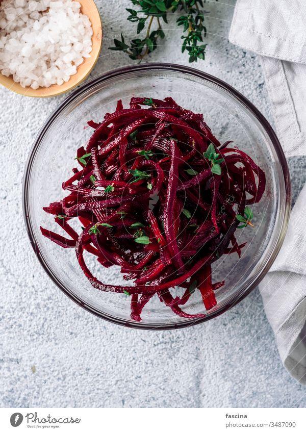 Rohe Rote-Bete-Nudeln oder Rüben-Spaghetti-Salat Rote Beete Salatbeilage Diät Lebensmittel frisch Gesundheit Mittagessen Teller Vorbereitung roh Veganer