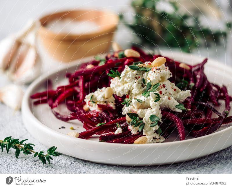 Rohe Rote-Bete-Nudeln oder Rüben-Spaghetti-Salat Rote Beete Salatbeilage Muttern roh Pinienkerne Thymian Diät Lebensmittel frisch Gesundheit Mittagessen Teller