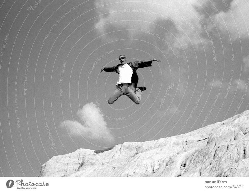 Me, Myself & Eye springen Wolken abgehoben Mann hoch Sand frei Freude Schwarzweißfoto Freiheit Lust fliegen Nervenkitzel Air Trick Jump