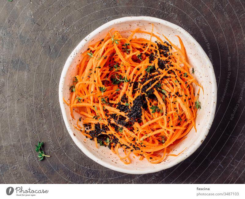 Rohe Karottennudeln oder Spaghetti, Ansicht von oben Möhre Nudeln Würzig Salatbeilage Diät Lebensmittel frisch Gesundheit Mittagessen Teller Vorbereitung roh