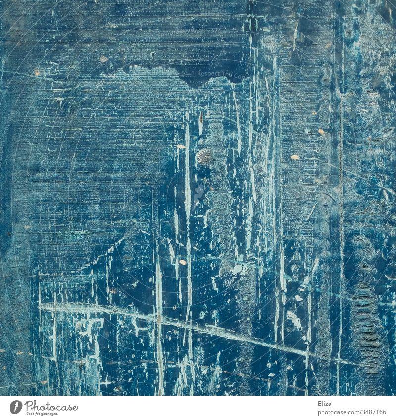 Blauer Hintergrund aus Holz mit abstrakten Strukturen mit Linien, Kratzern, Rillen, Pinselstrichen und abgeblätterter Farbe blau Wand Strukturen & Formen