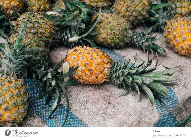 Mehrere  ganze Ananas an einem Obststand Asien lecker liegen Frucht Ernährung frisch Farbfoto Obst- oder Gemüsestand Menschenleer Lebensmittel