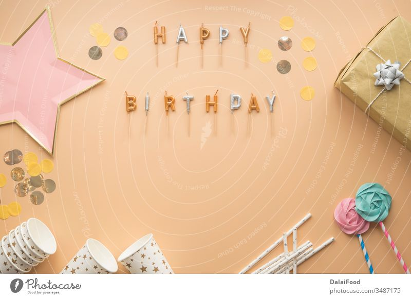 Rahmen für die Feierlichkeiten zum Geburtstag Werbung Jahrestag Hintergrund Transparente brauner Hintergrund Kerzen Postkarte Karneval feiern Farbe Konfetti