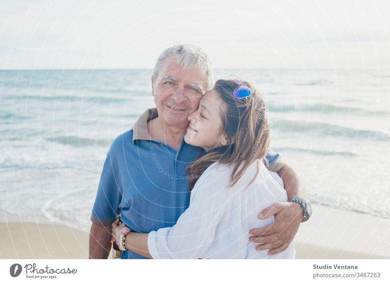 Umarmung von Vater und Tochter am Strand auf den Philippinen binden Mädchen Kinder wenig Stoppelfeld kuschelnd Bonden Spaß haben Vaterschaft bezaubernd umarmend