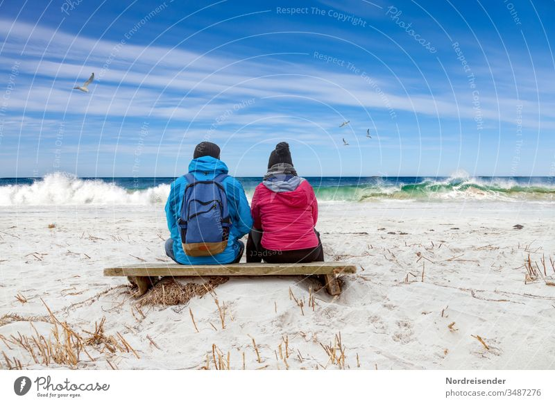 Verträumtes Paar schaut auf die Wellen am Strand der Ostsee meer strand frau mann welle ostsee nordsee sitzen pause wandern freizeit paar pärchen familie