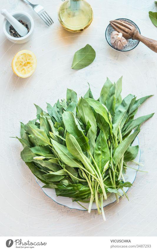 Frische Bio-Bärlauchbärlauch-Bündel auf leichten Küchentischen mit Kochzutaten. Ansicht von oben. Gesunde Nahrung der Saison frisch organisch ramson Haufen
