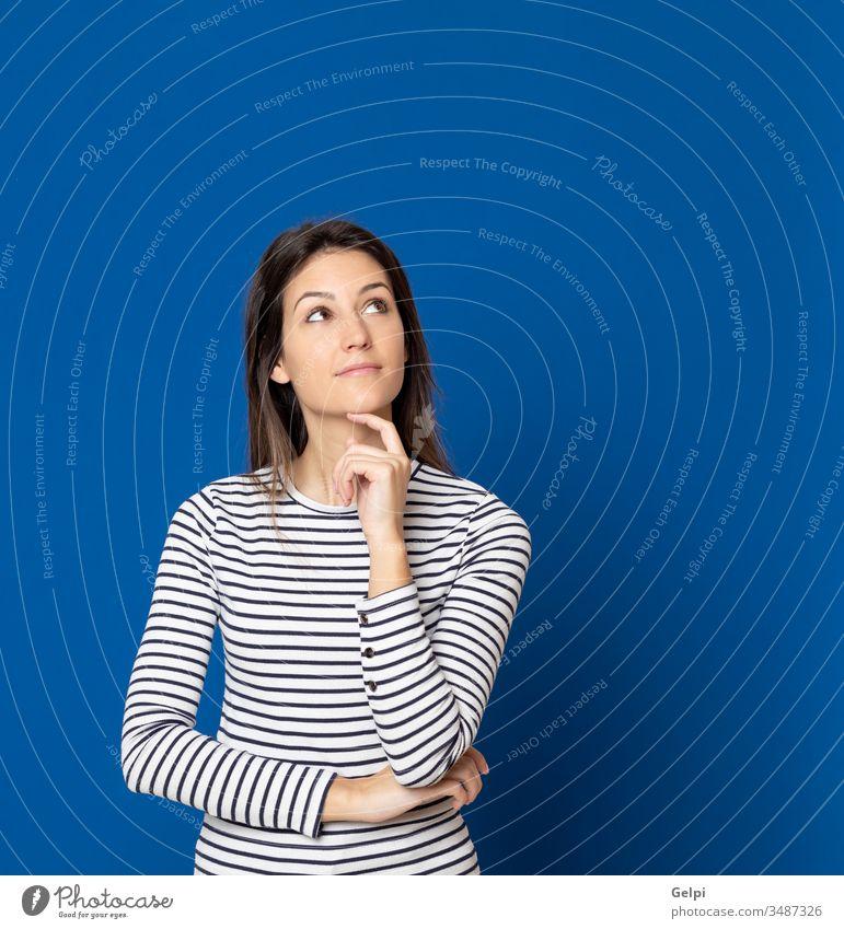 Brünette junge Frau trägt ein gestreiftes T-Shirt Mädchen Person blau nachdenklich besinnlich Denken sich[Dat] einbilden Vorstellungskraft Idee Lösung Zweifel