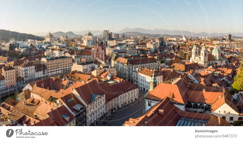 Panoramablick auf Ljubljana, Hauptstadt von Slowenien, bei Sonnenuntergang. Leere Straßen der slowenischen Hauptstadt während der sozialen Distanzierungsmaßnahmen der Coronavirus-Pandemie im Jahr 2020