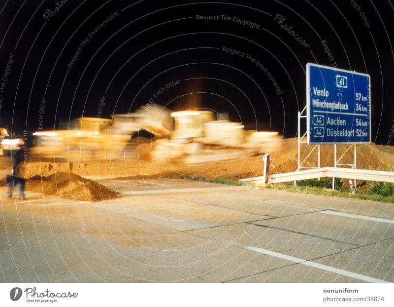 Baggercrossing A61 - 2004 - 1 Autobahn Rheinisch-Westfälisches Elektrizitätswerk AG Braunkohle Nacht Langzeitbelichtung Verkehr Bulldotzer Sand Autobahnsperrung