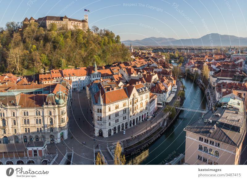 Drohnen-Panorama-Luftaufnahme von Ljubljana, der Hauptstadt Sloweniens in der warmen Nachmittagssonne Burg oder Schloss Stadtbild Großstadt mittelalterlich